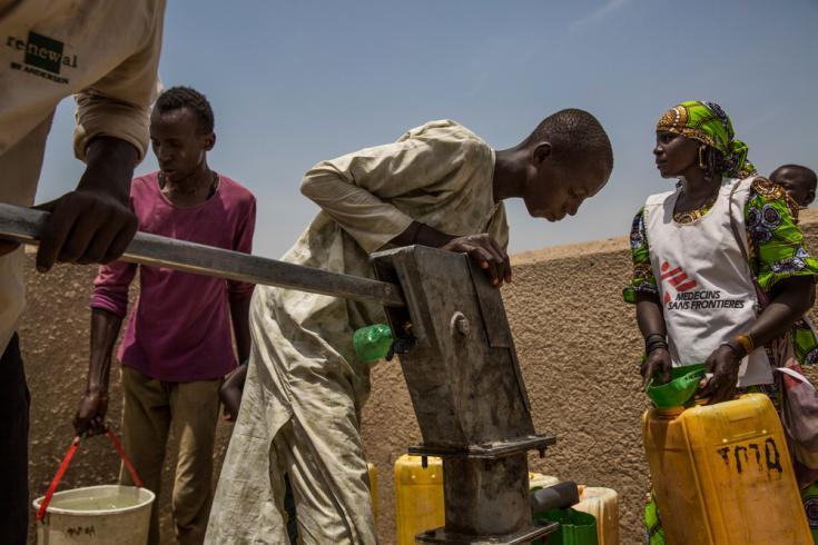 Louma, una voluntaria comunitaria de MSF, asegura que los baldes estén limpios y que el agua se purifique a medida que las personas de los sitios de desplazados internos y de refugiados bombean agua del pozo.