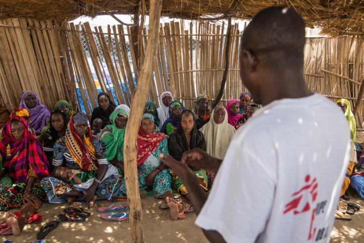 Abdou, un trabajador de MSF Health Promotion, informa a los voluntarios de la comunidad sobre la detección de los signos de la hepatitis E y la prevención de la propagación de la enfermedad en los sitios donde se alojan refugiados y desplazados internos.