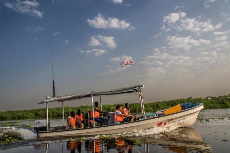 Una lancha de Médicos Sin Fronteras en el río alrededor de Old Fangak, Sudán del Sur.
