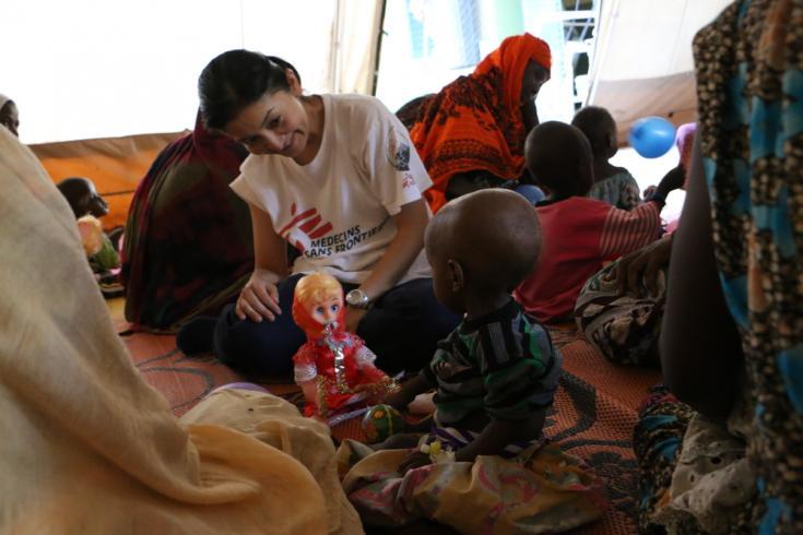 Aya Sonoda, coordinadora de Médicos Sin Fronteras en Am Timan, durante una sesión de estimulación con un chico desnutrido.