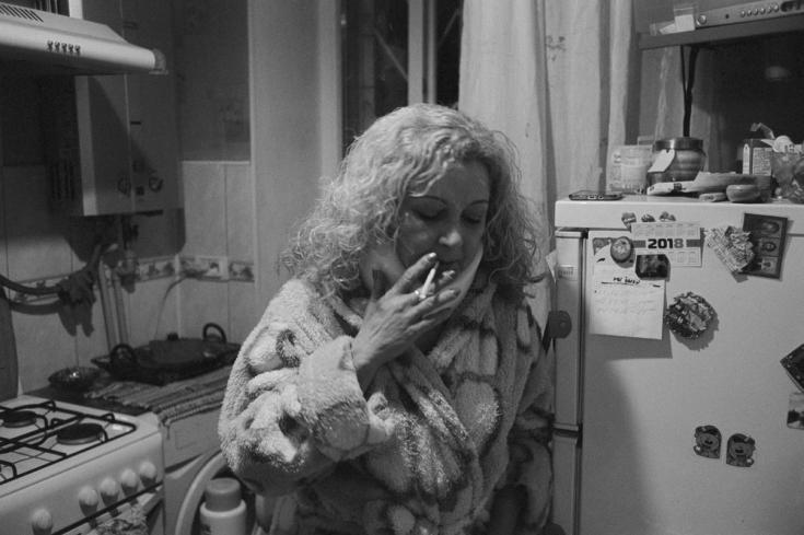 Iryna Parakhonko en su casa, tras tomar sus medicamentos contra la hepatitis C.