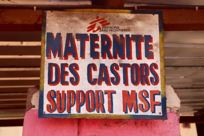 Cartel en la entrada del hospital de maternidad de Médicos Sin Fronteras en Castors.