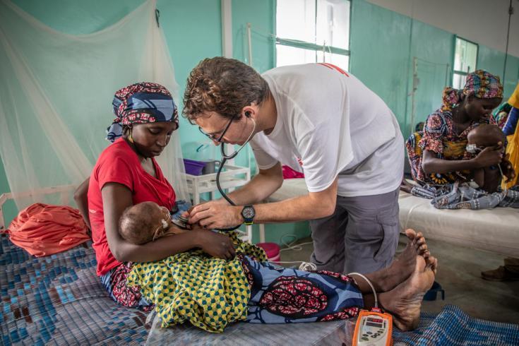 Pediatra de Médicos Sin Fronteras en Magaria, Níger.