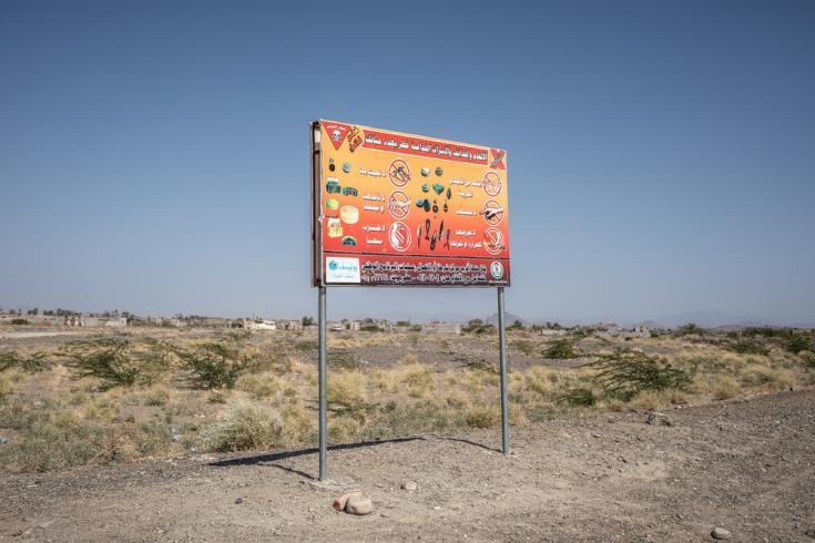 Un cartel que indica la presencia de minas terrestres y otros artefactos explosivos en Mauza, Yemen