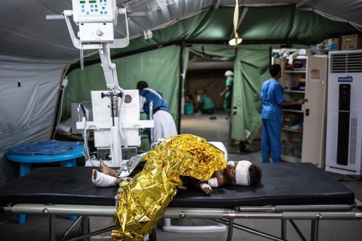 Un chico herido por una mina en Mawza en la sala de emergencias.
