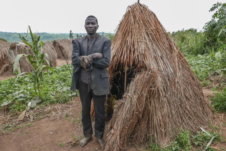Hombre desplazado en un campo de desplazados