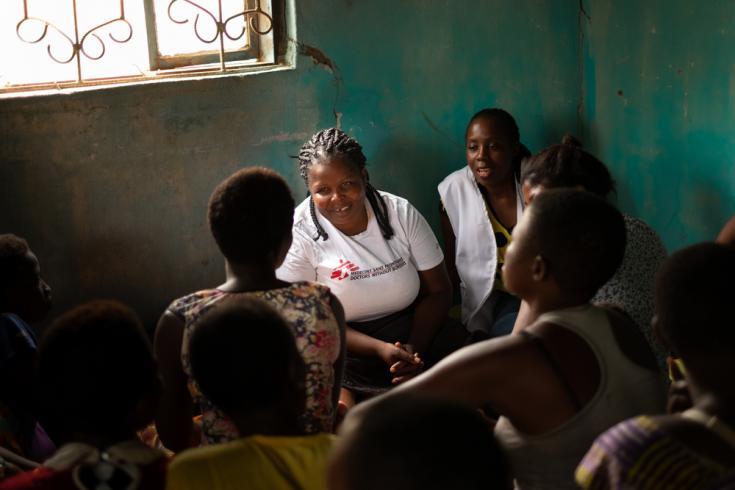 Enfermeras de Médicos Sin Fronteras conversan con un grupo de trabajadoras sexuales en Nsanje, Malaui. Foto: 2019.