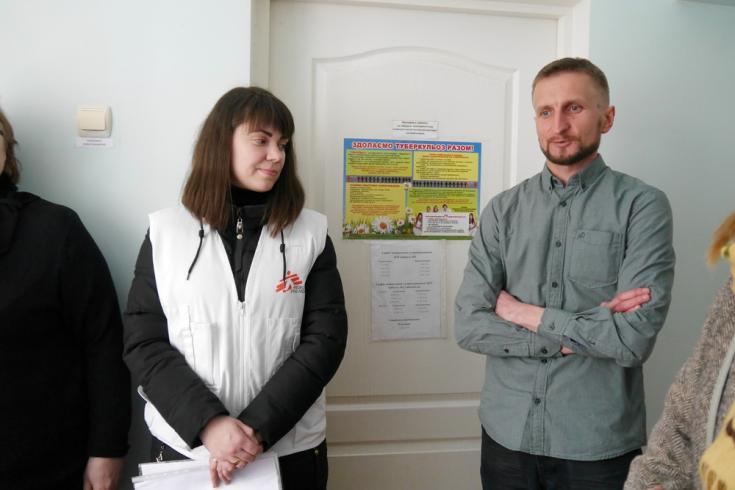 Ihor, primer paciente de tuberculosis curado del proyecto, junto a Maryna Shynkarchuk (enfermera).