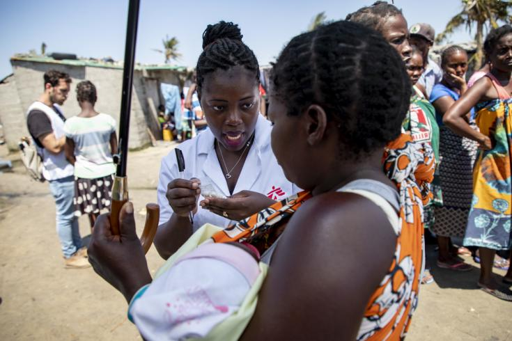 Celina Feliz Berto, enfermera, entrega medicación en una clínica móvil en Mozambique tras el paso del ciclón Idai.