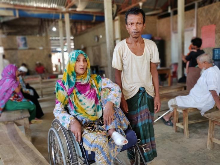 Nunahar y su esposo Abdul Zoleel en el hospital de Kutupalong.