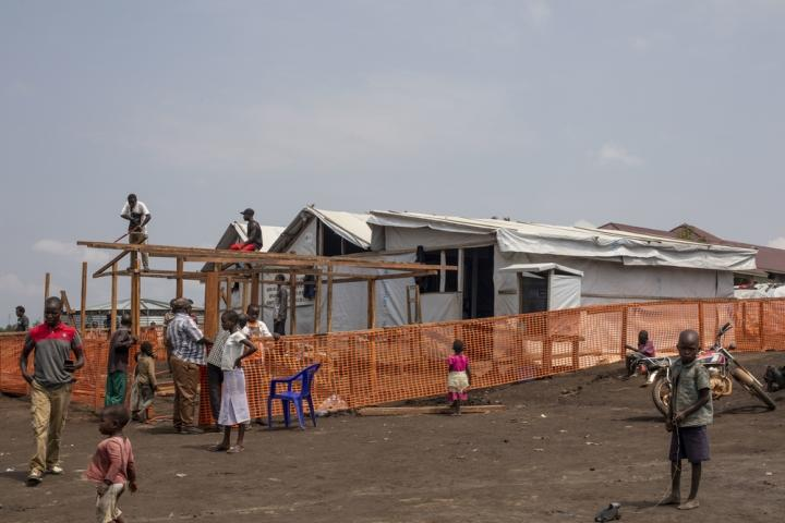 El puesto de salud en el campamento para desplazados internos en Bunia, República Democrática del Congo. Médicos Sin Fronteras apoya el centro administrado por las autoridades sanitarias locales proporcionando personal y medicamentos para tratar el Ébola.