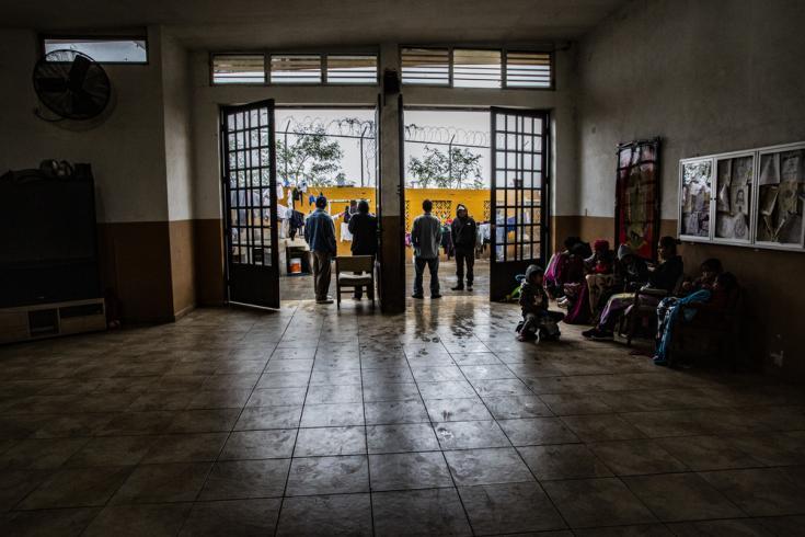 Albergue en Nuevo Laredo. En la puerta de este edificio grupos armados esperan la salida de los migrantes para secuestrarlos y luego pedir a sus familias el dinero del rescate.