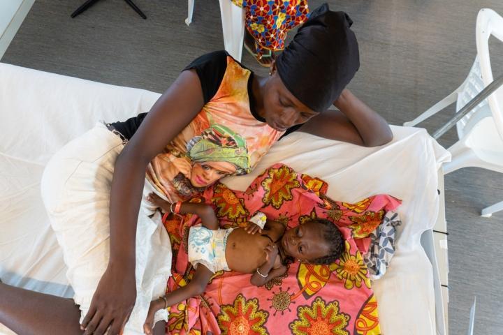 Madre e hija recostadas sobre una de las camas del hospital de Hangha, en Sierra Leona.