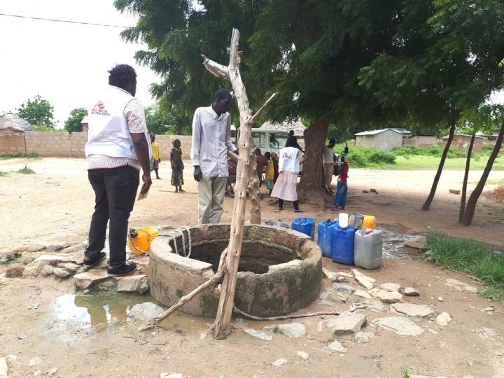 Alphonse Elogo, responsable de agua y saneamiento de Médicos Sin Fronteras, controla un pozo en un vecindario del distrito de salud de Pitoa, en el Norte de Camerún.
