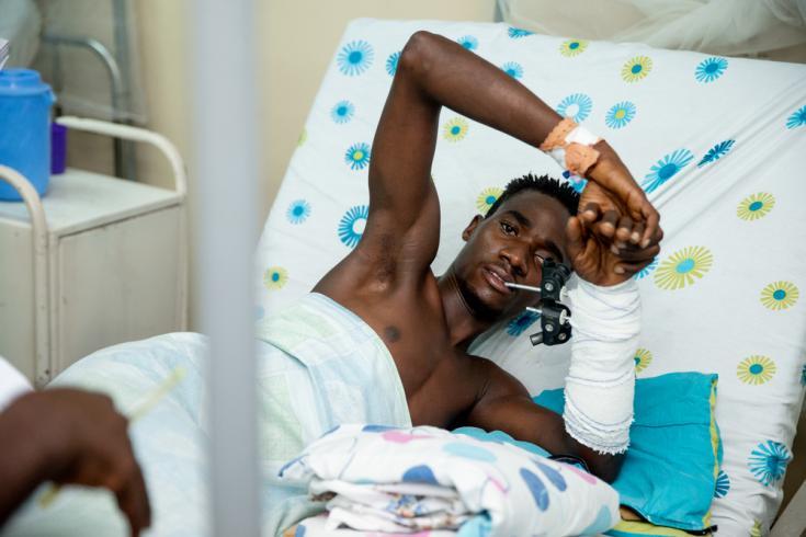 """Hace dos semanas, Abdoul Karim fue atropellado por un automóvil cuando cruzaba la calle para vender pescado y llegó inconsciente al centro de traumatología """"L'Arche de Kigobe"""". Su brazo fue operado y se está recuperando lentamente."""