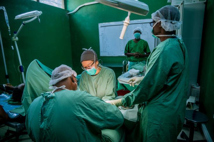 """Intervención quirúrgica en el centro de traumatología """"L'Arche de Kigobe"""" en Bujumbura, Burundi. Los cirujanos de Médicos Sin Fronteras realizan una reparación de tendones en el brazo de un joven, después de un accidente de tráfico."""