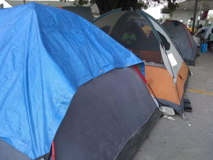 Los solicitantes de asilo en Matamoros se ven obligados a dormir en carpas instaladas justo al lado del puente en la frontera, sin acceso a servicios de agua potable e higiene; lo que puede conducir a enfermedades digestivas y de la piel.