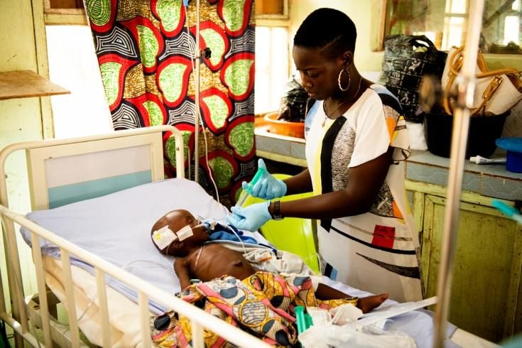 La enfermera Sarah Bature tratando a un niño que sufre las consecuencias de la desnutrición en la Unidad de Alta Dependencia de la sala de pediatría de MSF en el Hospital General de Anka.