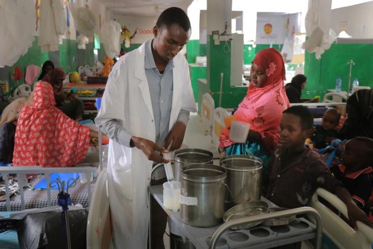 Un enfermero prepara leche para niños con desnutrición en el centro de alimentación terapéutica en el Hospital regional de Mudug en la ciudad de Galkayo, en la región de Mudug de Somalia.