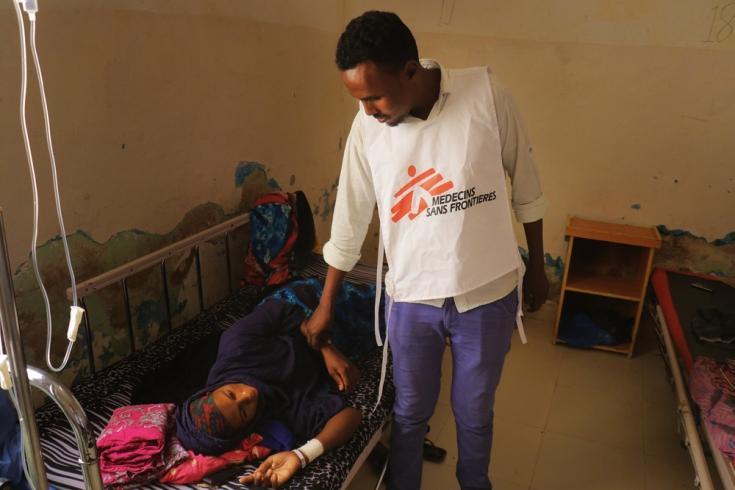 El Dr. Abdullahi Mohamed Muse, médico de la sala de maternidad del Hospital Regional Mudug en la ciudad de Galkayo, Somalia, verifica el estado de Deqa Awil Hassan, una mujer que tuvo una cesárea.