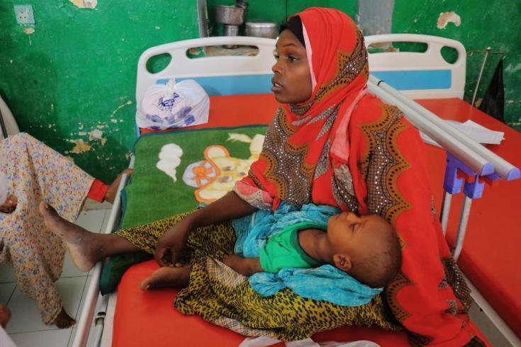 Kawsar Ibrahim Osman, de 25 años, sostiene a su hijo de ocho meses, Bilal, en el centro de alimentación terapéutica para pacientes hospitalizados en el Hospital Regional de Mudug, en la ciudad de Galkayo, región de Mudug, Somalia.