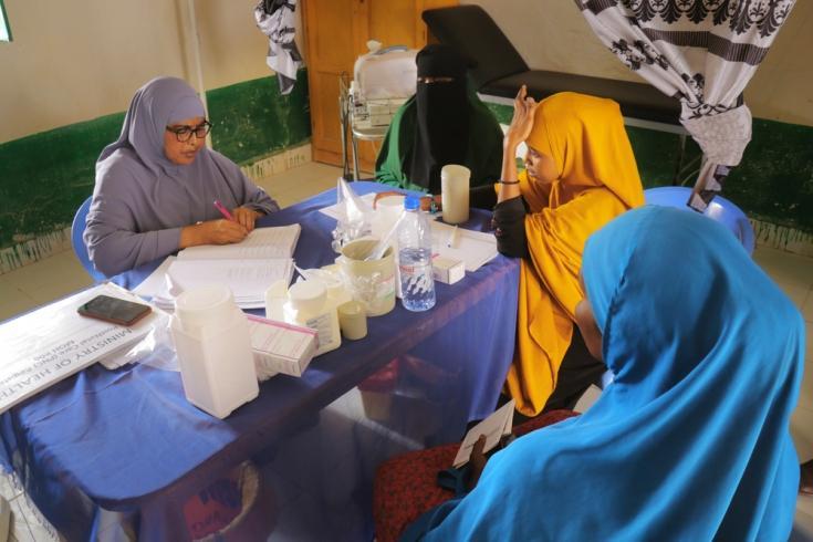 La enfermera Hawo habla con Awo Ahmed, una mujer embarazada de 38 años y otras dos mujeres que recibieron atención en el Hospital Regional Mudug en la ciudad de Galkayo, Somalia.