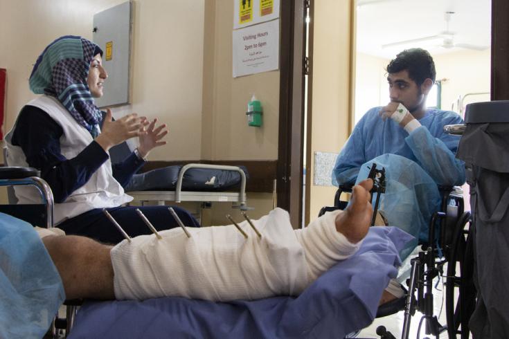 Amal Abed es promotora de salud en uno de los hospitales de MSF en Gaza. Conversa con un paciente durante una sesión de promoción de la salud sobre la resistencia a los antibióticos.