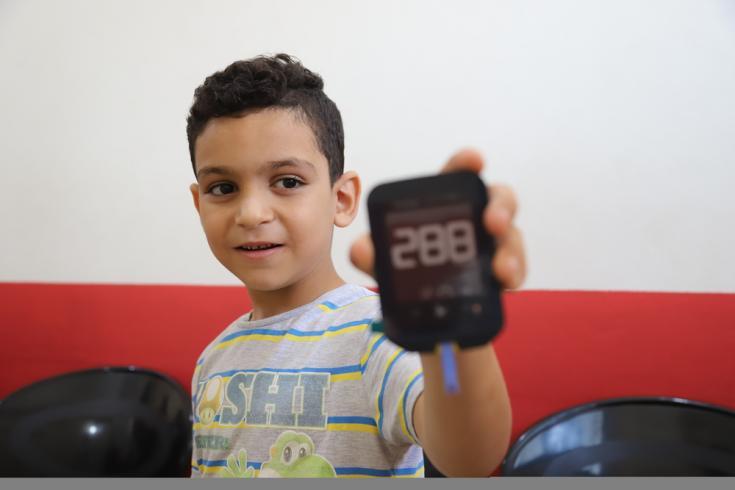 Abdallah, de 8 años, tiene diabetes tipo 1 y epilepsia. Su caso es todo un desafío.