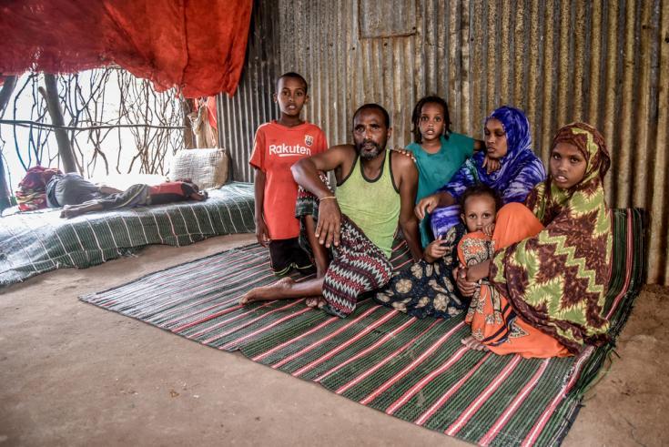 Abdo huyó de Etiopía en 1997 y se instaló en Somalia. Conoció a su esposa y tuvieron cuatro hijos. Huyó de Somalia en 2011 con su familia y se instaló en el campamento de Dagahaley.