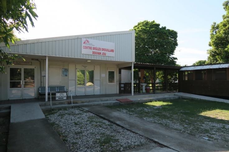 Vista externa del hospital de Médicos Sin Fronteras en Drouillard, Haití, que recibe pacientes con quemaduras graves.