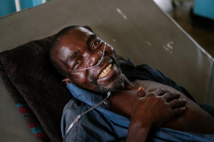Manfred en su cama en la sala de tuberculosis (TB) en el Hospital del Distrito de Nsanje. Manfred es un paciente con VIH avanzado diagnosticado con TB, remitido al Hospital del Distrito de Nsanje desde el Centro de Salud Ndamera.