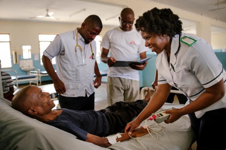 Parte del equipo de Médicos Sin Fronteras junto a Austin en el hospital del Distrito de Nsanje.