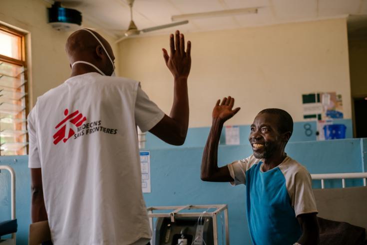 Moses Luhanga junto a un paciente en el Hospital del Distrito de Nsanje.