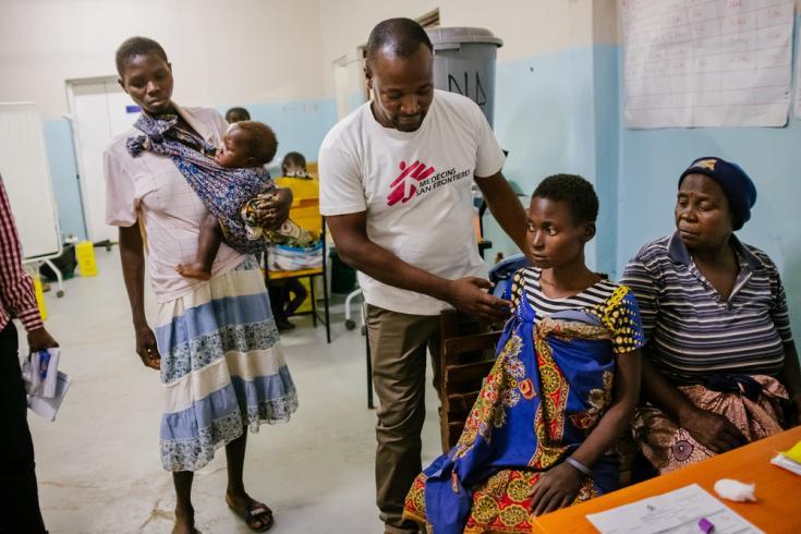 Micheal Tambala con una paciente en el Hospital del distrito de Nsanje.
