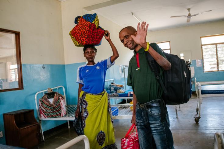 """""""Gracias a todo el equipo en el hospital del Distrito de Nsanje."""" Austin, que fue diagnosticado con VIH avanzado, se despide junto a su esposa."""