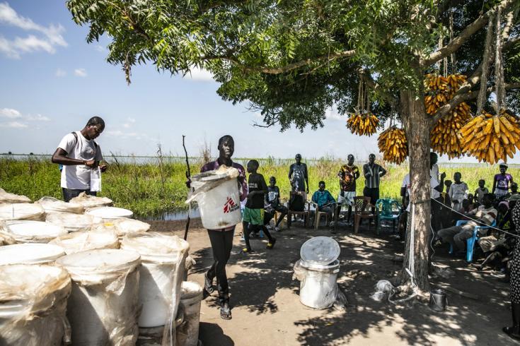 Parte del equipo de Médicos Sin Fronteras trabajando tras las inundaciones en Ulang, Sudán del Sur.