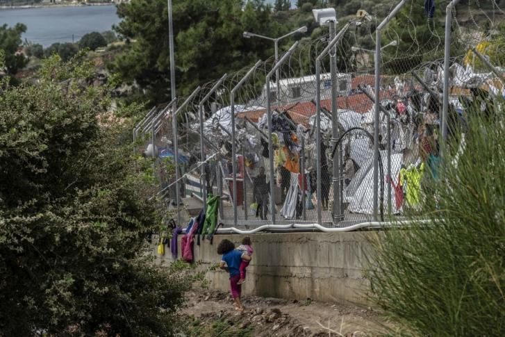 Una vista general fuera del campo de refugiados de Vathy. Aquí hay 7.300 personas viviendo en un espacio diseñado para 650. Más de 2.500 de ellas son niñas y niños.