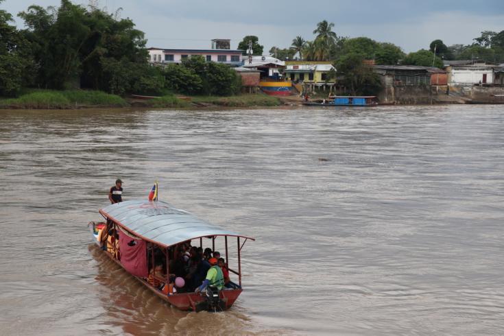 El río Arauca es la frontera entre Colombia y Venezuela. Todos los días, cientos de venezolanos cruzan a Colombia en busca de medicamentos, alimentos y atención médica.