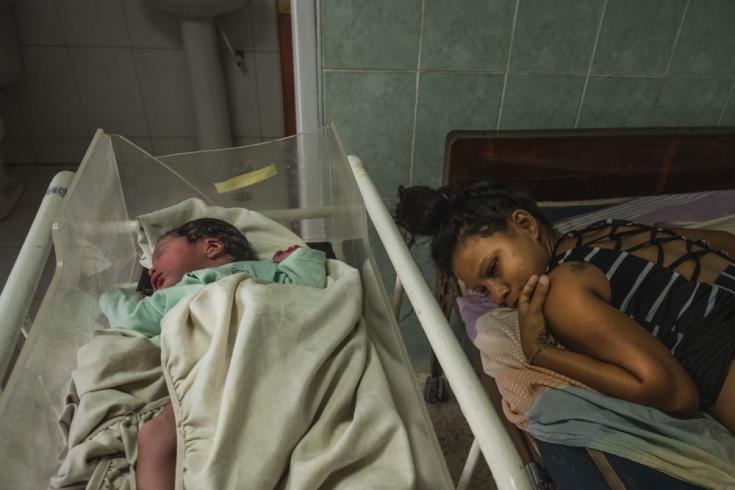 Rosa Sabina Briceño, de 22 años, ha estado viviendo en la mina durante 7 años. Llegó al ambulatorio de Santo Domingo después de dar a luz a su pequeña hija en un taxi.