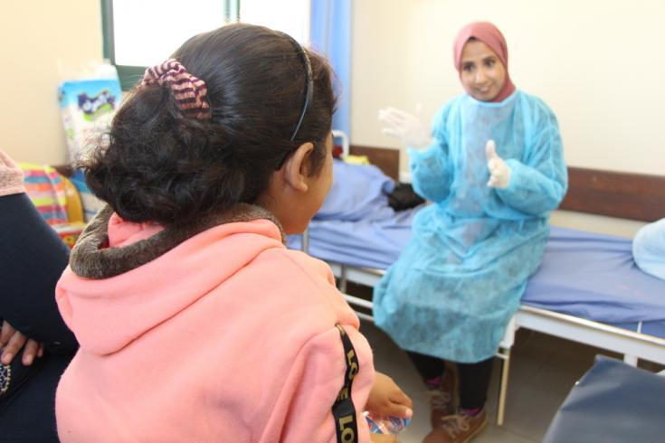 Salwa, de 11 años, habla con Sheima Esmaiel Odeh, promotora de salud de Médicos Sin Fronteras.
