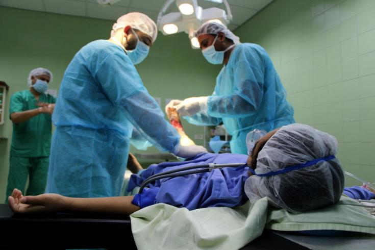 Salwa operada tras ser herida por un bombardeo israelí en Gaza.