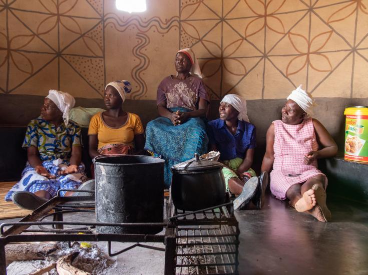 Mujeres escuchan sobre el programa de cáncer de cuello uterino en el centro de tratamiento de Gutu, Zimbabwe.