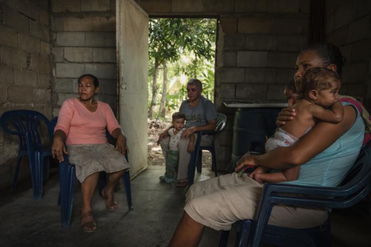 """Verónica y su hijo Isaac, que sufre una enfermedad cardíaca, asisten a una sesión de promoción de la salud, en su casa en la comunidad de """"La Floresta""""."""