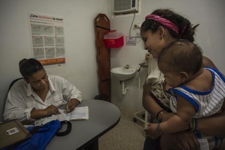 """Verónica Alejandra (15) lleva a su bebé Alexander (4 meses) al ambulatorio de MSF para vacunarlo. """"Me enteré de todas las vacunas cuando me convertí en madre, me dieron un papel explicando todas las vacunas que mi hijo tenía que ponerse y cuándo."""