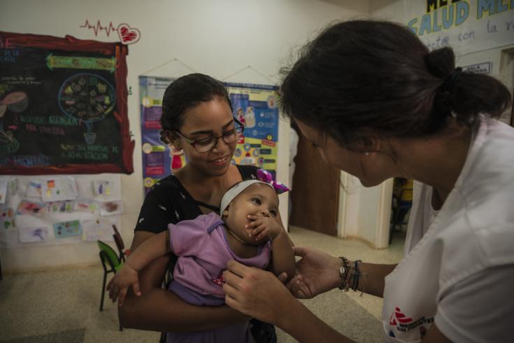 Juznedi tiene 17 años y trajo a su hija Juli Angel (de 8 meses) al ambulatorio de MSF para vacunarla.