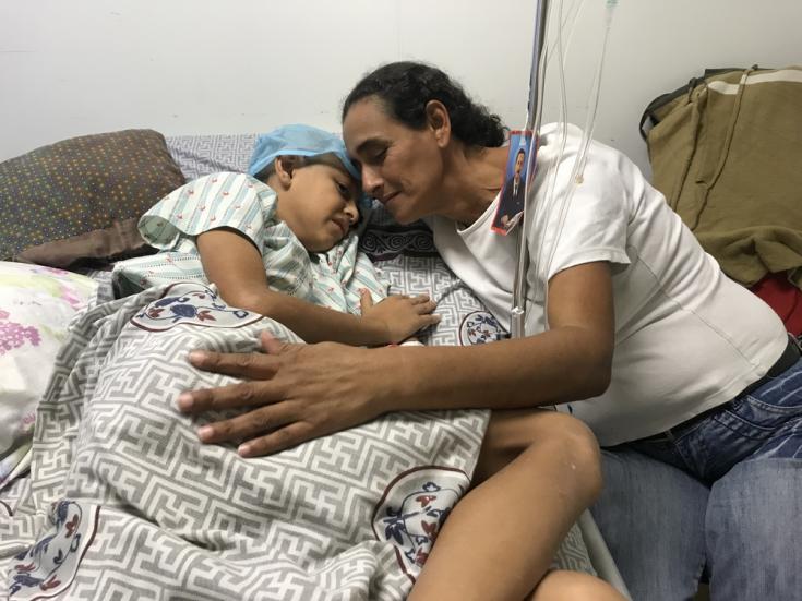 Roiber descansando en el hospital. La violencia sigue siendo generalizada en muchos barrios de Caracas.