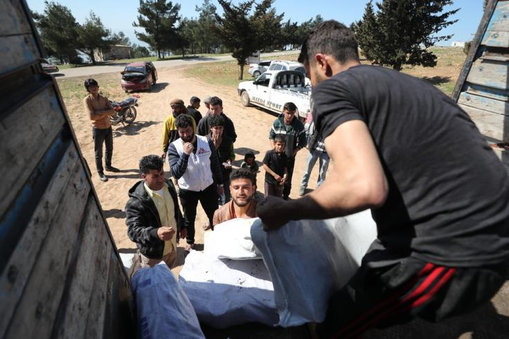 El 9 de marzo de 2020, MSF distribuyó material de calefacción en un campo de desplazad internos en el noroeste de Siria. Un equipo de MSF está descargando el camión mientras las personas hacen cola para recibir sus donaciones.