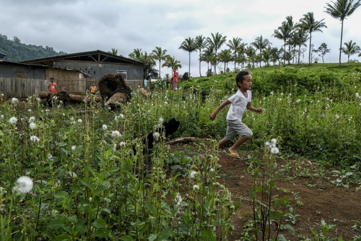 Dos años después del asedio de la capital, Marawi, los niños desplazados juegan en los campos abiertos cerca del refugio temporal en Sagunsungan, Lanao del Sur. Filipinas, enero de 2020.