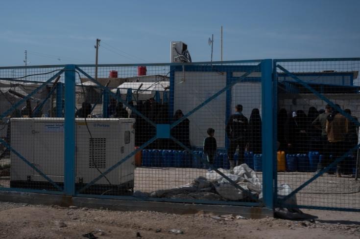 Personas haciendo cola para conseguir agua en el campo de Al Hol, Siria.