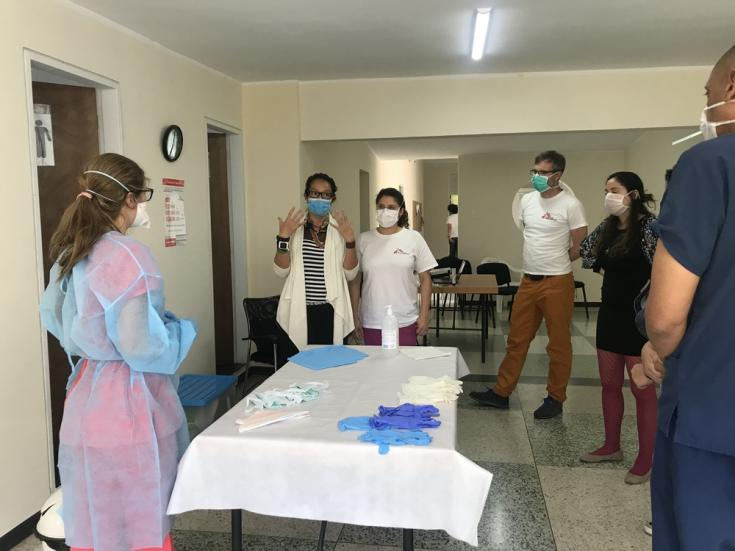 Personal de MSF recibe formación sobre medidas de protección en el manejo de pacientes infectados con COVID-19 en los centros de salud.